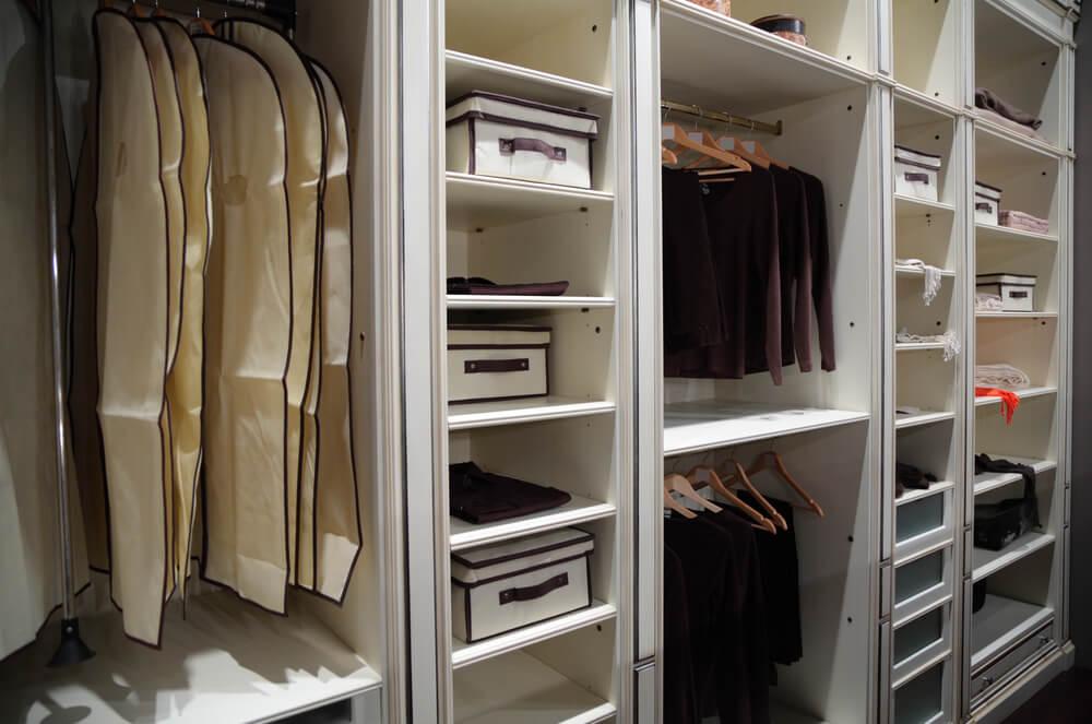 A tarefa de limpar e organizar o armário de roupas costuma ser desafiadora 138f08a2da9